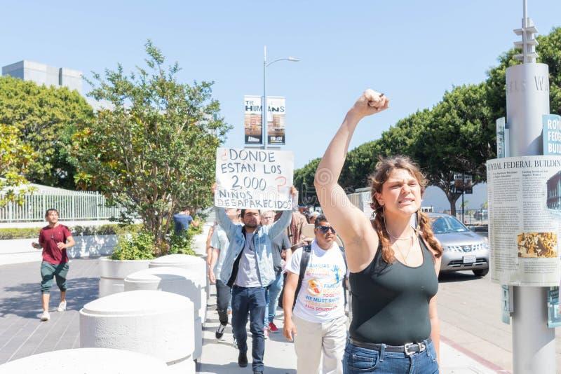 Un activiste tient un signe pendant les familles appartiennent ensemble mars photos libres de droits