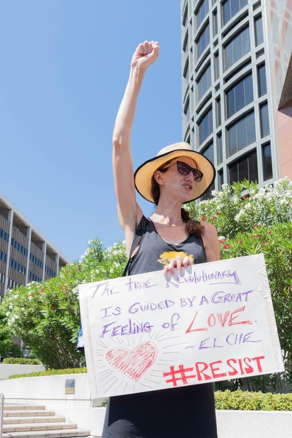Un activiste tient un signe pendant les familles appartiennent ensemble mars photo stock