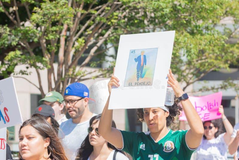 Un activiste tient un signe pendant les familles appartiennent ensemble mars photo libre de droits