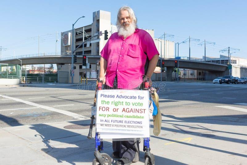 Un activiste tient un signe pendant les familles appartiennent ensemble mars images libres de droits