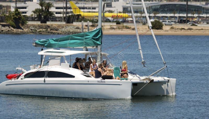 Un addio al nubilato a bordo del catamarano della tigre femmina fotografia stock libera da diritti