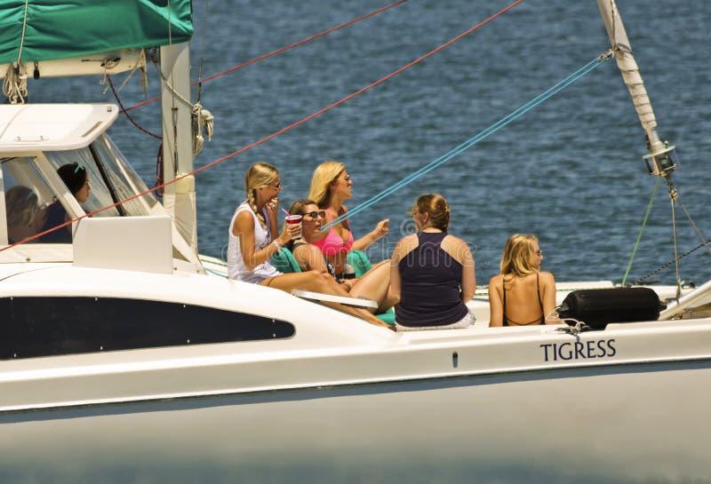 Un addio al nubilato a bordo del catamarano della tigre femmina fotografie stock
