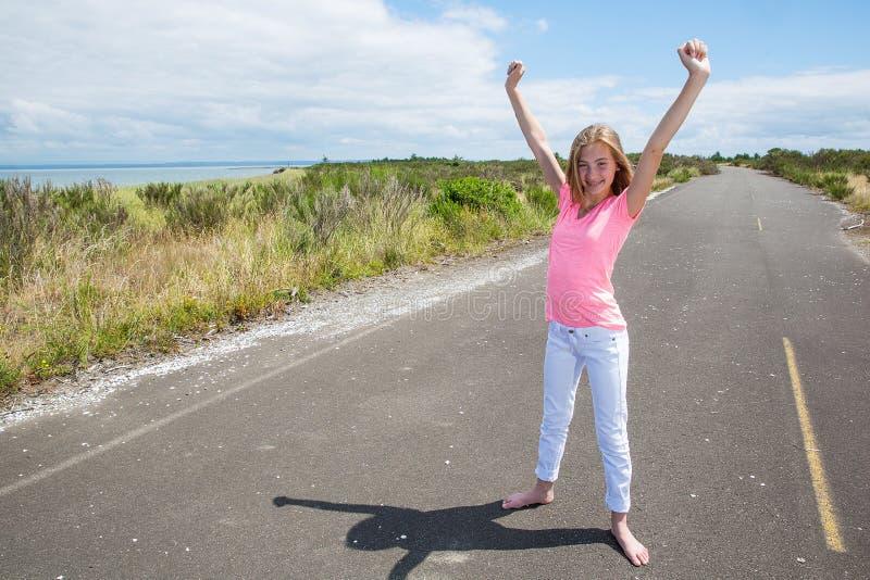 Un ado fier sur une route tranquille photos libres de droits