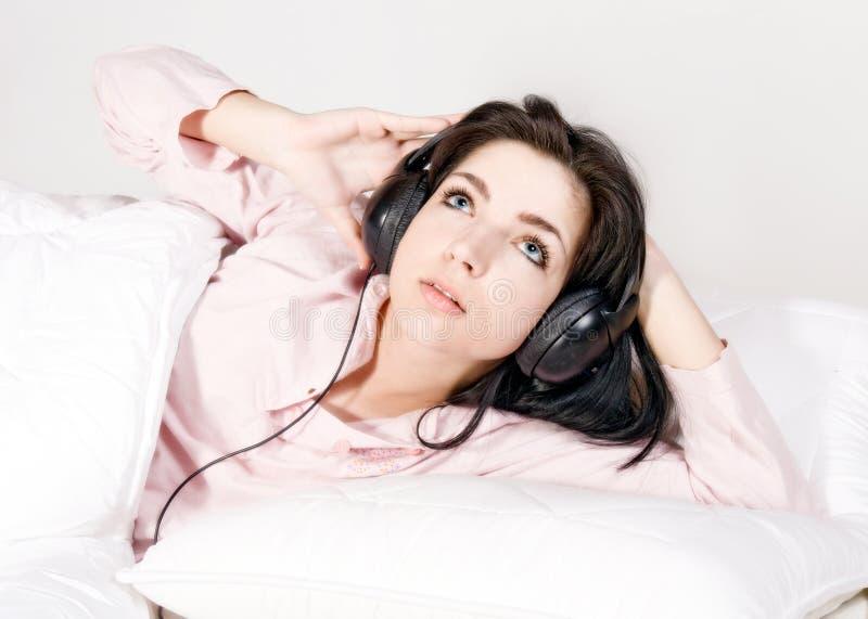 Un adolescente che ascolta la musica fotografia stock