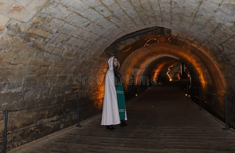 Un adolescente nel tunnel di Templars in Akko, Israele fotografia stock