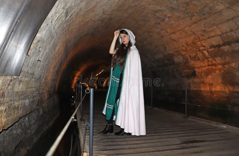 Un adolescente nel tunnel di Templars in Akko, Israele fotografie stock