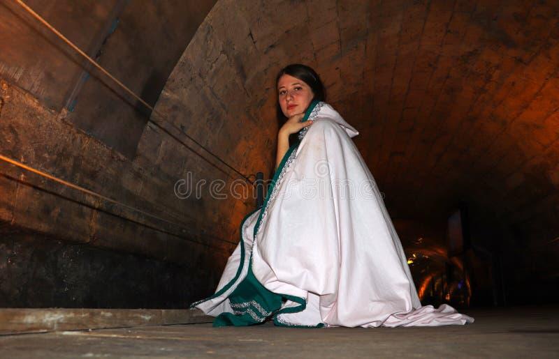 Un adolescente nel tunnel di Templars in Akko, Israele fotografie stock libere da diritti