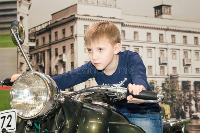 Un adolescente que conduce una motocicleta imagen de archivo libre de regalías