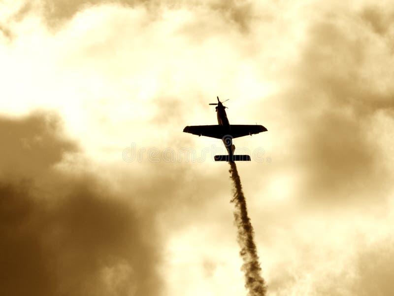 Un aereo che rende al modo del fumo II fotografia stock