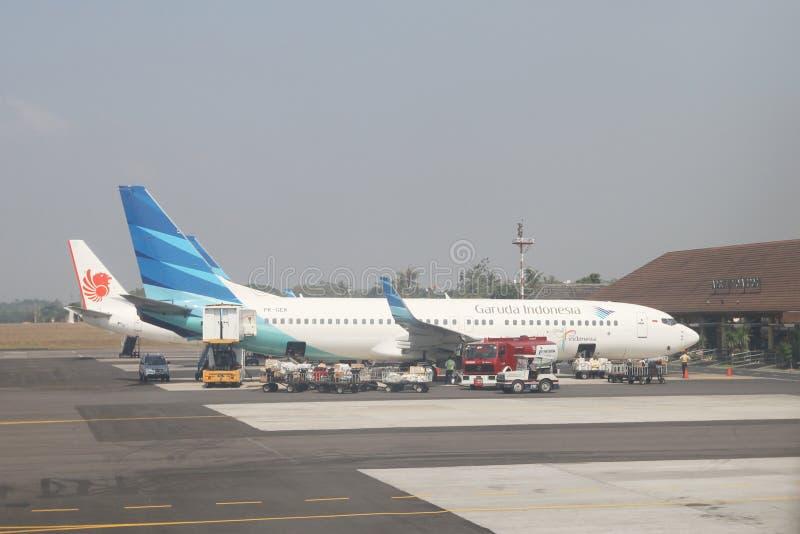 Un aereo di due annunci pubblicitari all'aeroporto fotografie stock libere da diritti