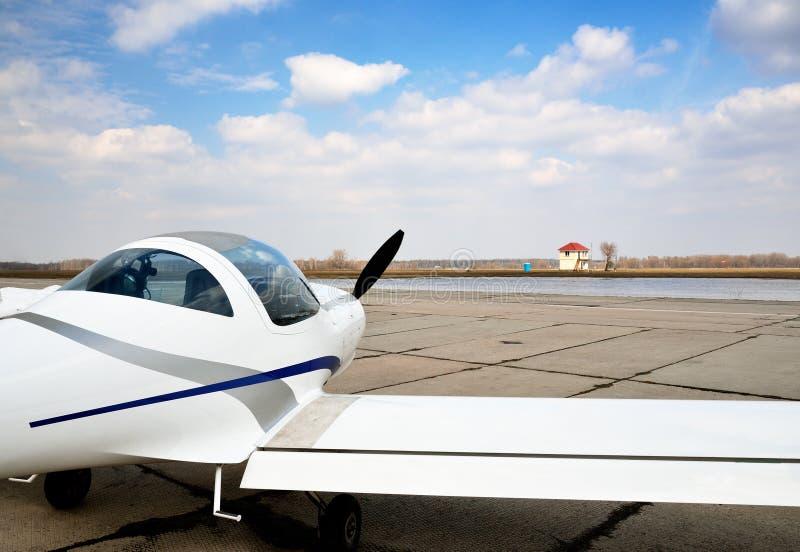 Un aereo leggero moderno sull'aerodromo fotografia stock