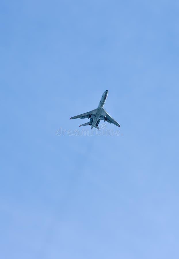 Un aereo vola in cielo fotografia stock libera da diritti
