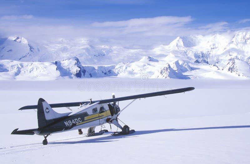 Un aeroplano de Piper Bush en el St Elias National Park y coto, Alaska de Wrangell imagenes de archivo