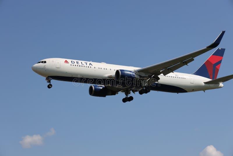 Un aeroplano di Delta Airlines fotografie stock