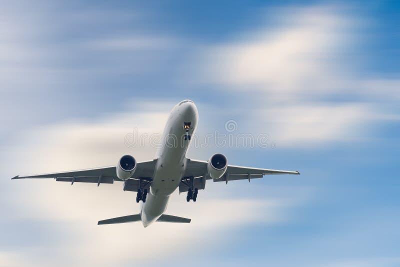 Un aeroplano está volando en el viaje del cielo de las nubes de vacaciones, la aviación internacional y los pasajeros transporte, fotografía de archivo libre de regalías