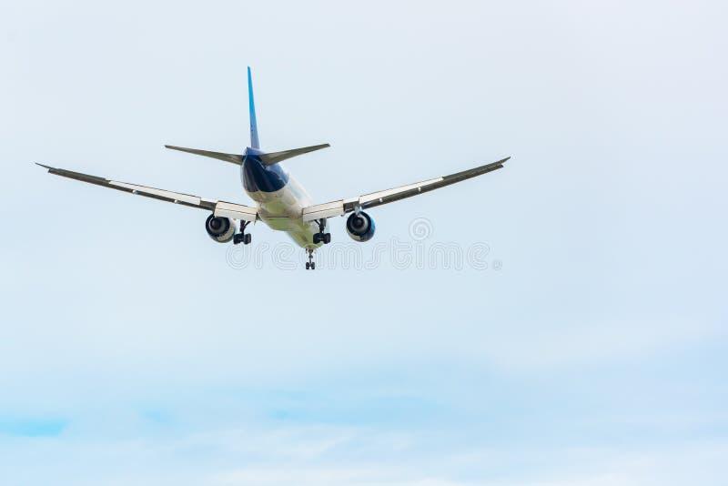 Un aeroplano está volando en el viaje del cielo de las nubes de vacaciones, la aviación internacional y los pasajeros transporte, imagen de archivo