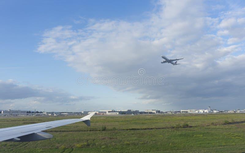 Un aeroplano que saca la pista imagenes de archivo