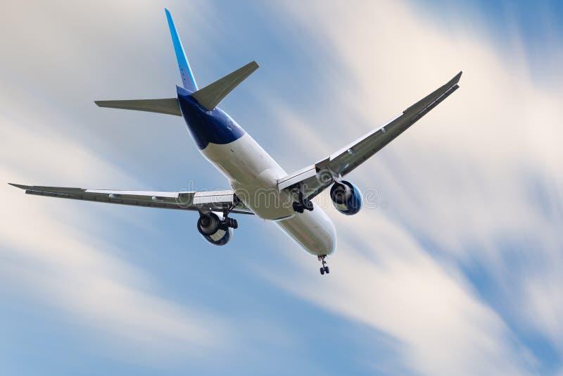 Un aeroplano sta volando nel cielo delle nuvole sul viaggio di vacanza, sull'aviazione internazionale e sui passeggeri il traspor immagini stock