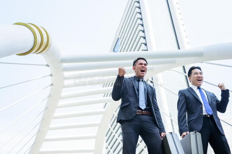 Un affare di due asiatici ha vittoria dello scopo di affari con la costruzione della a immagini stock libere da diritti