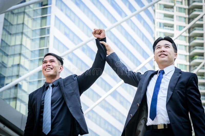 Un affare di due asiatici ha vittoria dello scopo di affari con la costruzione della a immagine stock