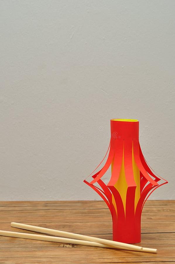 Un affichage fait maison de lanterne avec une paire de baguettes photo stock
