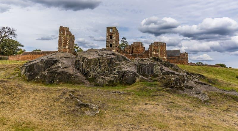 Un affleurement rocheux devant les ruines de la maison de Bradgate en parc de Bradgate, Leicestershire, R-U image stock