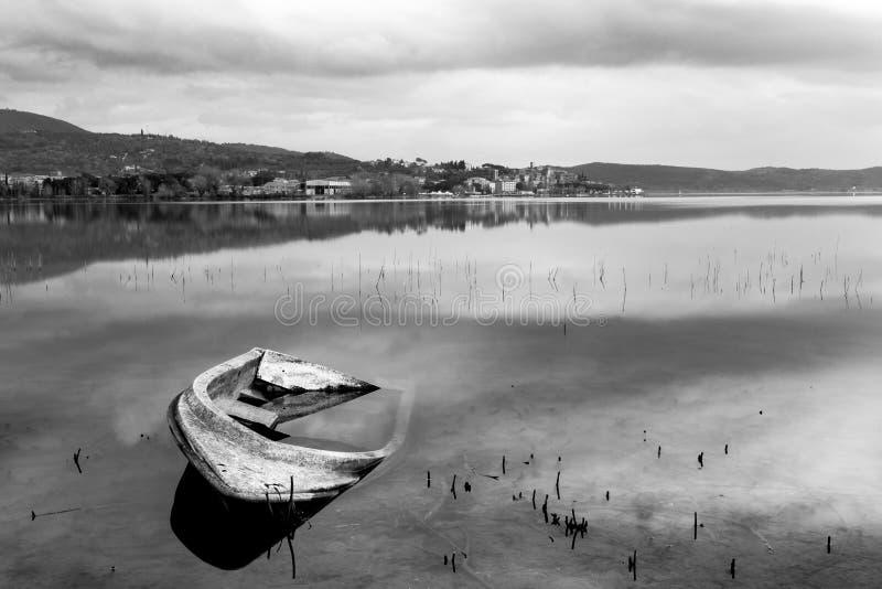 Un affondamento della poca barca sul lago Umbria Trasimeno, con Passignan fotografie stock libere da diritti