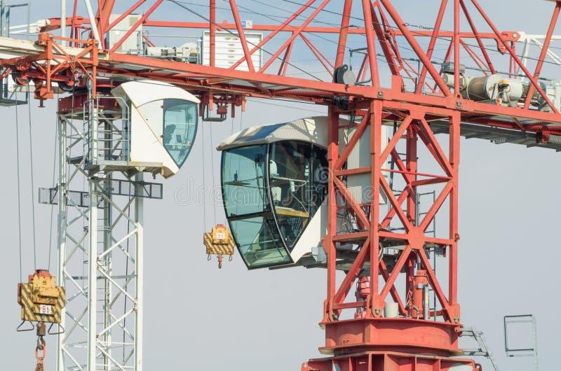 Un affronto di due delle gru a torre cabine dell'operatore fotografia stock libera da diritti