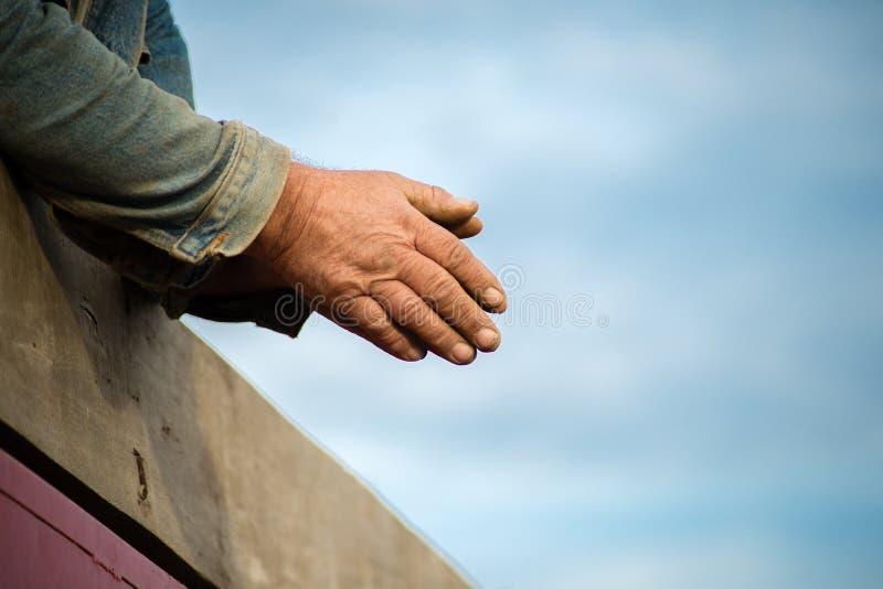 Un agriculteur dans une remorque de tracteur image libre de droits