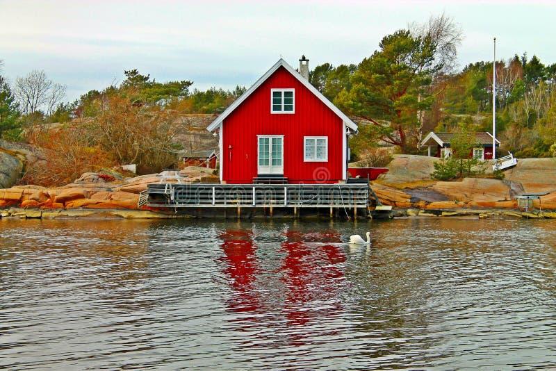 Un agua larga de la cabaña hermosa en Noruega fotografía de archivo libre de regalías