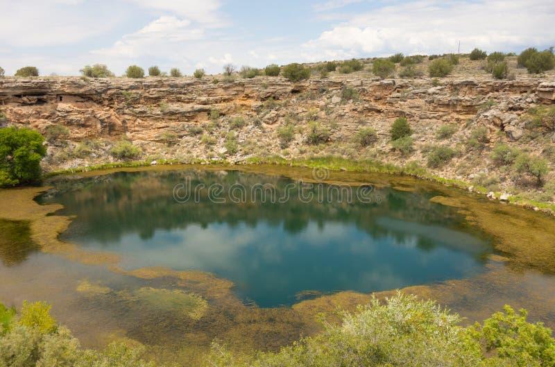 Un agujero de riego antiguo en el desierto imagen de archivo libre de regalías