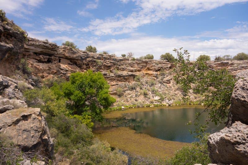 Un agujero de riego antiguo en el desierto imagenes de archivo