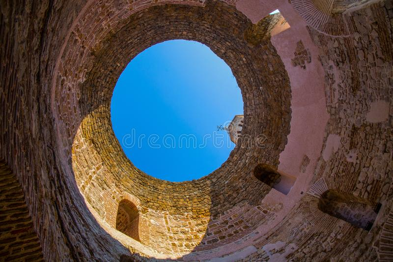 Un agujero en el techo en un ala del palacio de Diocletianus, fractura, Dalmacia, Croacia foto de archivo
