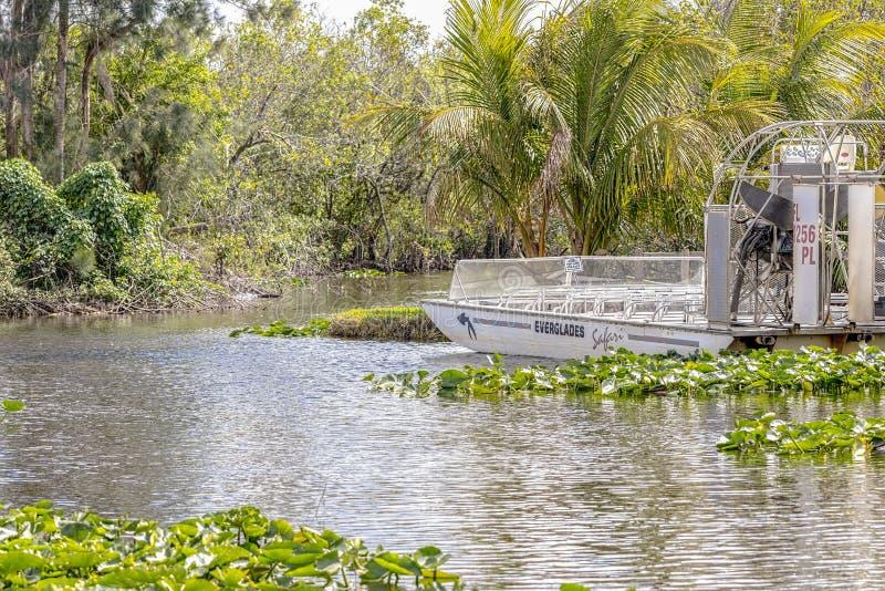 Un airboat prêt pour une visite en parc national de marais en Floride, Etats-Unis image stock