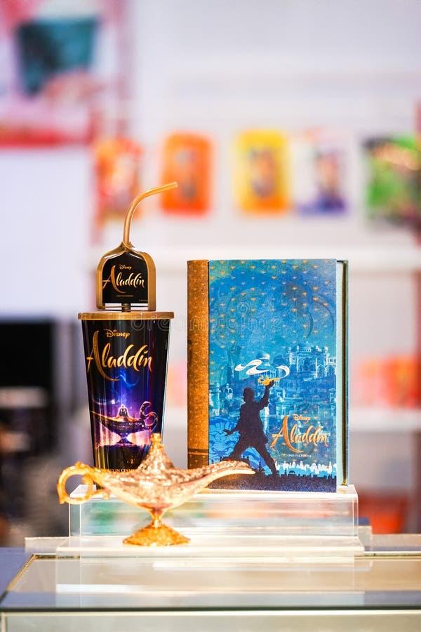 Un Aladdin 2019 artículos promocionales tales como envase de las palomitas y envase del refresco fotografía de archivo libre de regalías