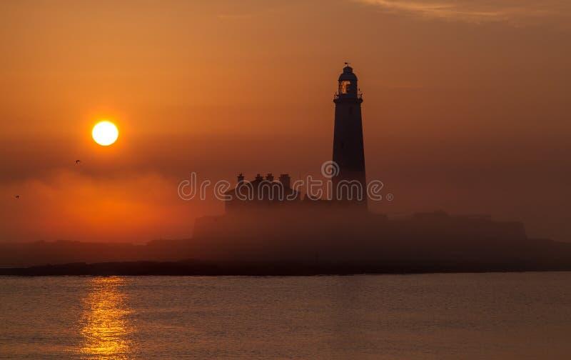 Un'alba al faro di St Mary, Whitley Bay immagini stock