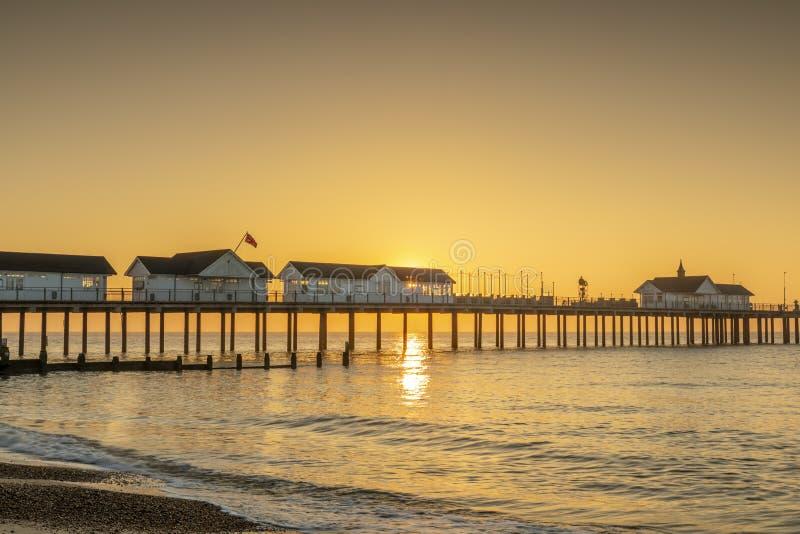 Un'alba sbalorditiva dietro il pilastro a southwold in Suffolk immagini stock