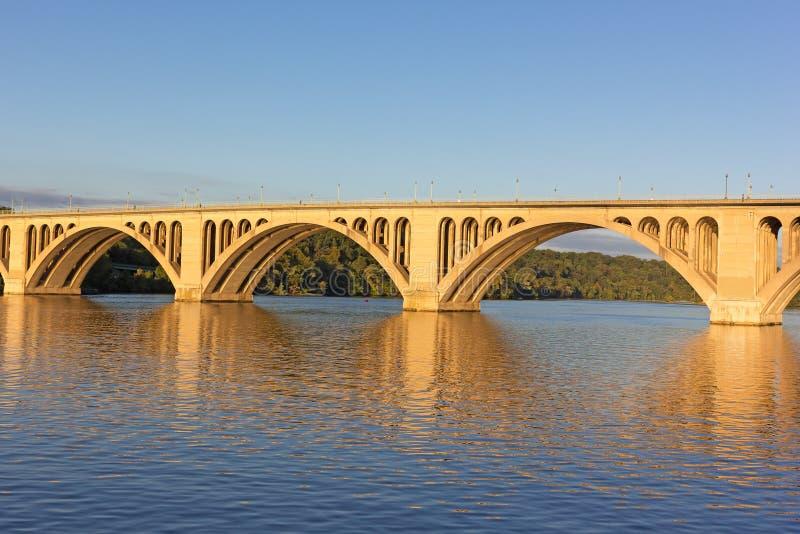 Un'alba sopra il ponte chiave in Washington DC fotografie stock