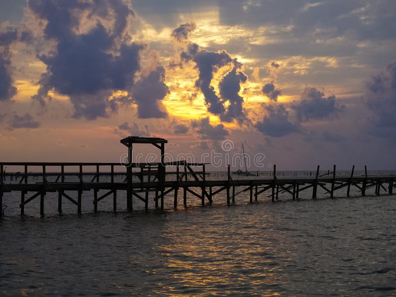 Un'alba sopra la baia con distruzione del pilastro in Rockport il Texas a immagine stock