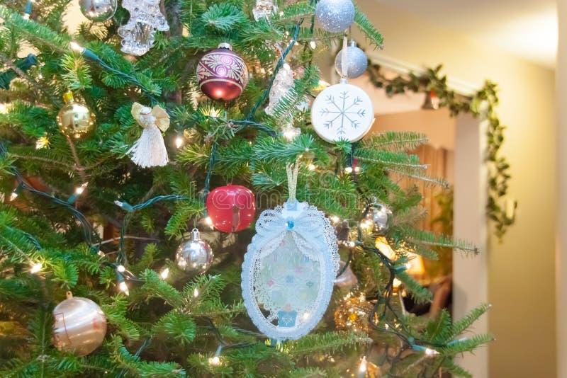 Un albero di Natale decorato fotografia stock libera da diritti