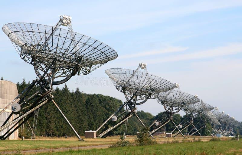 Un alignement de radiotélescopes en Hollandes image libre de droits