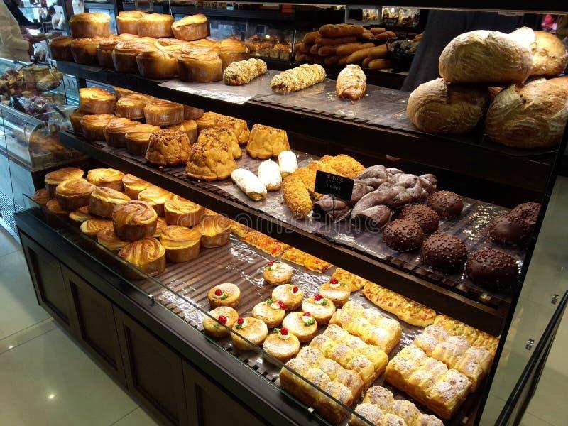 Un alimento dolce, cotto, tipo pane, fatto con o senza riduzione e solitamente contenere farina, zucchero, fotografia stock
