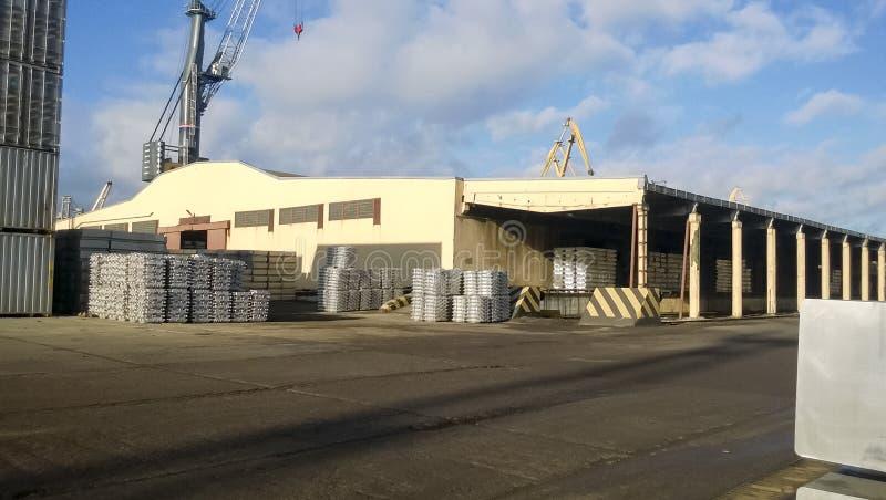 Un almacén del puerto de los lingotes de aluminio Mercancías de Warehouse fotografía de archivo