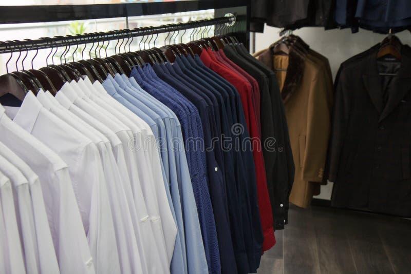Un almacén, foto de las camisas de la porción, multicolora, oficina de negocios formal de la tienda del mem de la moda de la tien imagen de archivo