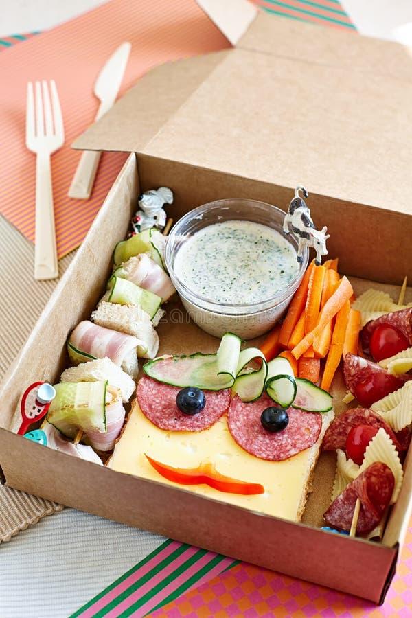Un almuerzo muy apetitoso en la caja de embalaje imagen de archivo libre de regalías