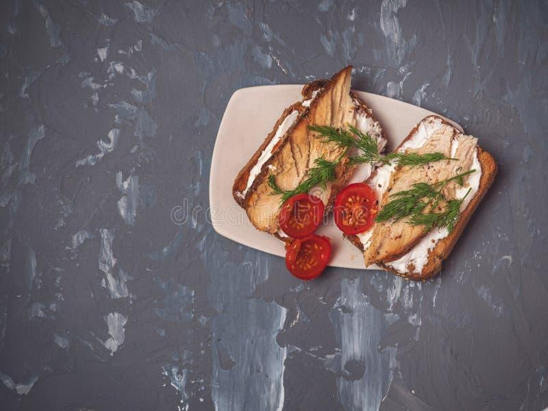 Un almuerzo rápido y fácil de bocadillos con el jamón, el queso cuajado y los tomates, adornados con una puntilla del eneldo imagen de archivo