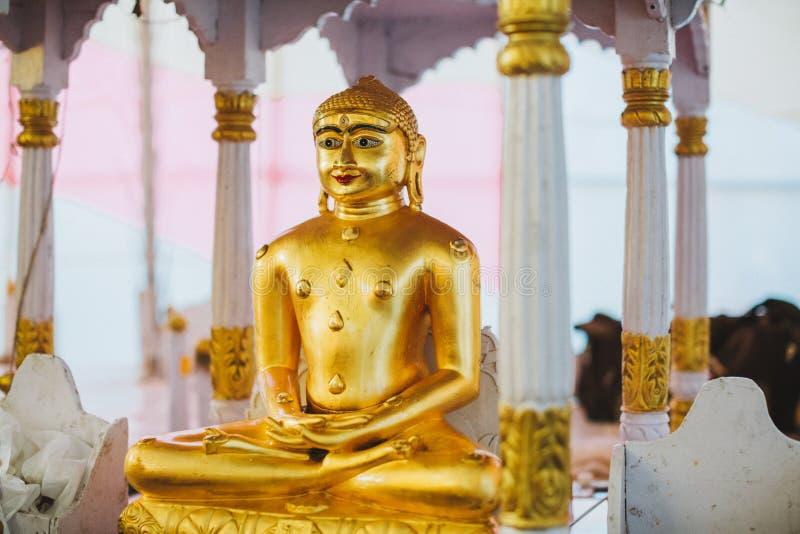 Un altar del monasterio con deidades de Padmasambhava, de Buda y de Mait imagenes de archivo