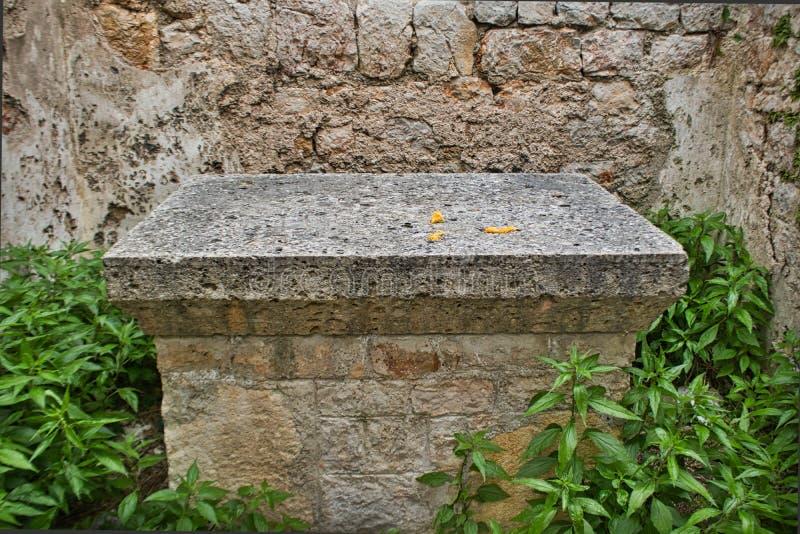 un altare di pietra molto vecchio in una rovina del castello fotografia stock
