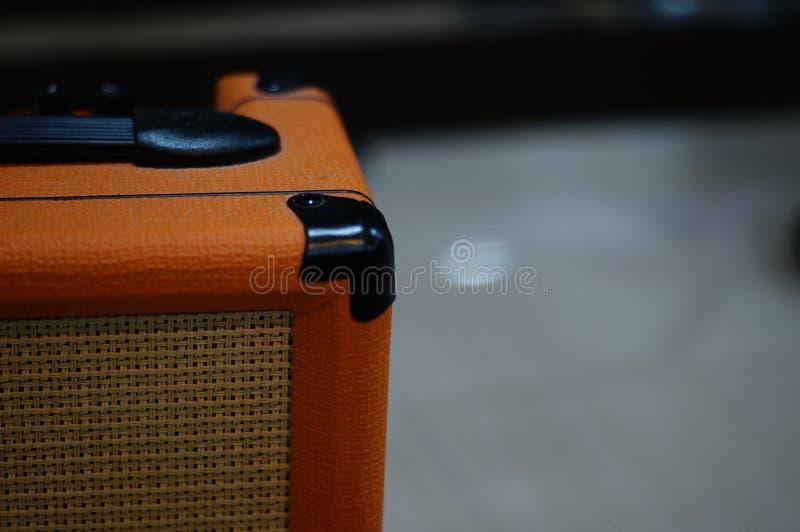 Un altoparlante della chitarra con il fuoco selettivo ed il fondo confuso fotografia stock