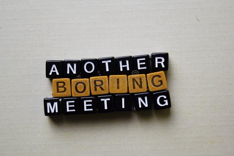 Un'altra riunione noiosa sui blocchi di legno Concetto di ispirazione e di affari fotografie stock libere da diritti